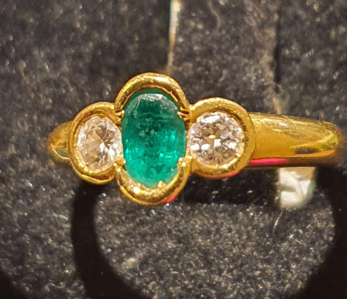 bague en or jaune 18ct sertie émeraude entourée de 2 diamants
