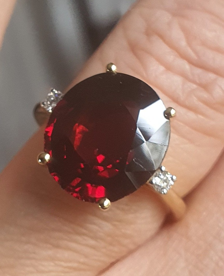 18ct Yellow Gold Ring Set With A Rodholite Garnet Surrounded By 2 Diamonds