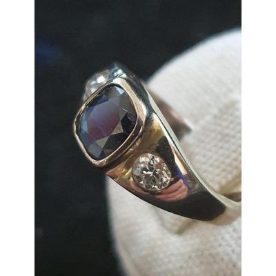 bague en or 18ct sertie d un saphir entouré de deux diamants taille ancienne