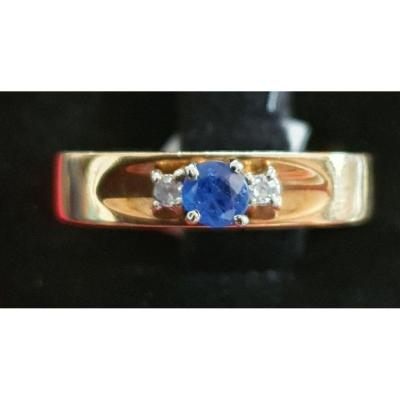 bague en or 18ct sertie d'un saphir entouré de 2 diamants taille baguette