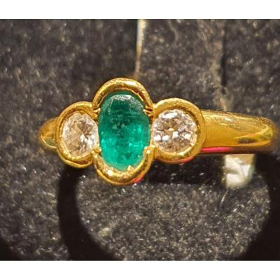18ct Yellow Gold Ring Set With Emerald Surrounded By 2 Diamonds