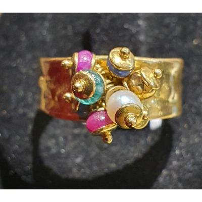bague or 18ct ,cabochon emeraude , rubis, perles