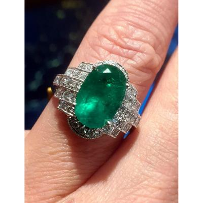 18ct Yellow Gold Ring Set With An Emerald Surrounded By A Paving Of Brilliant