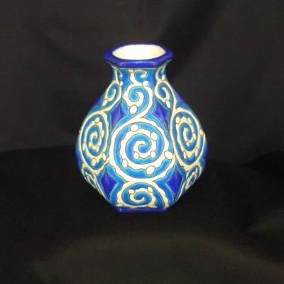 Vase hexagonal en émaux de Longwy