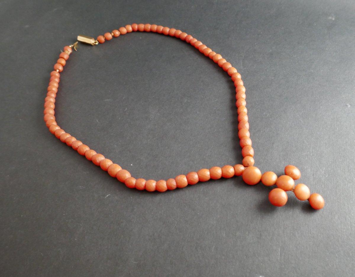 Collier De Perles De Corail Facettées Et Croix En Corail, Poinçon Tête De Cheval.