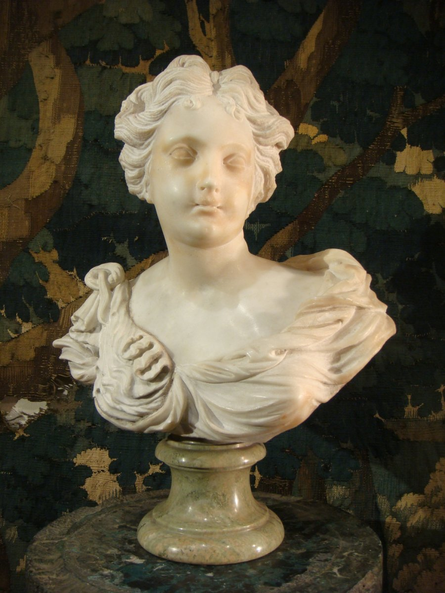 Young Woman Sculpture In Marble - Late 17th Century