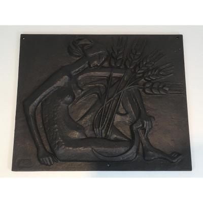 Plaque en Fonte représentant une Femme Nue tenant une Faux e