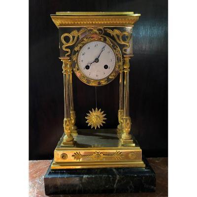 Pendule en bronze doré aux signes du zodiaque d'époque Empire
