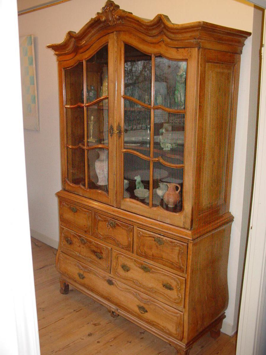 vitrine hollandaise argentier en noyer blond 18 me si cle vitrines. Black Bedroom Furniture Sets. Home Design Ideas