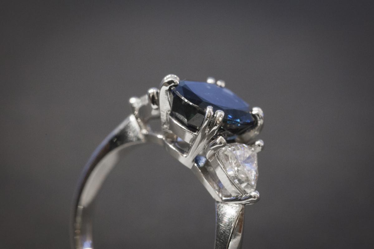 Bague en Platine sertie d'un Saphir et 2 Diamants-photo-3