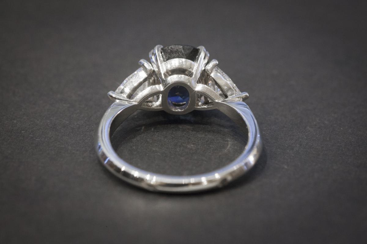 Bague en Platine sertie d'un Saphir et 2 Diamants-photo-4