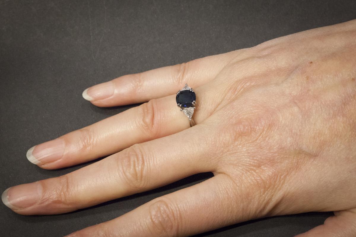 Bague en Platine sertie d'un Saphir et 2 Diamants-photo-1