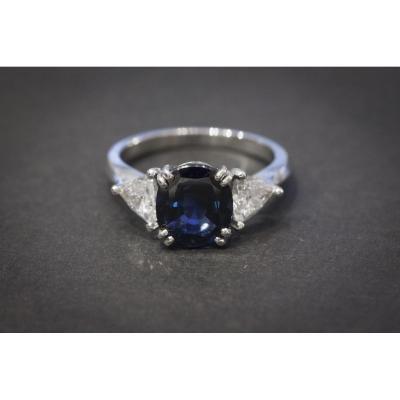 Bague en Platine sertie d'un Saphir et 2 Diamants