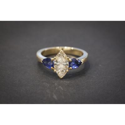 Bague Vintage sertie d'un Diamant Navette et de Deux Saphirs