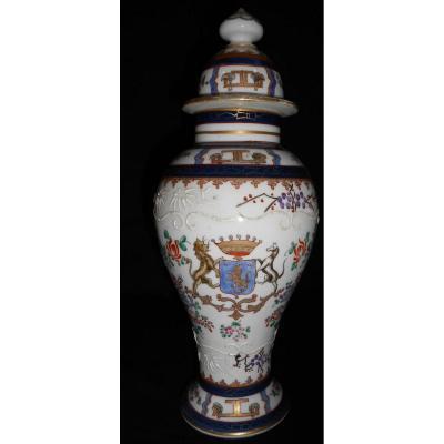 Paire De Pots Couverts En Porcelaine