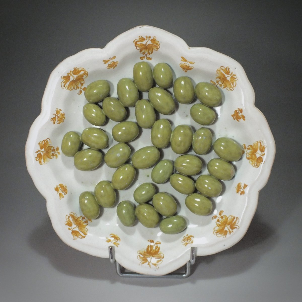 Moustiers - Assiette en trompe l'œil aux olives - XVIIIe siècle-photo-2