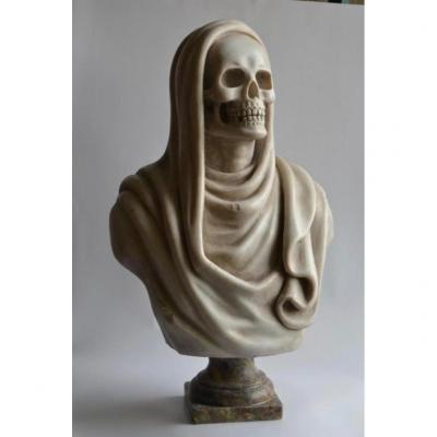 Sculpture in white Carrara marble representing a vanity wearing a veil.<br /> Rests on a pedestal base.<br /> Total height: 55 cm<br /> Period 20th century.