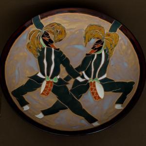 grand plat décoratif  - Japon - danseurs d'ondeko - période Shōwa - céramique signée