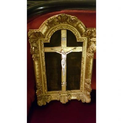 Christ en Ivoire dans son encadrement  XVIIIe Siècle