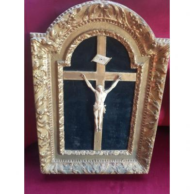 """""""Christ in Ivory on Cross"""" Dating from the 18th Century Christ with hair without crown Size 19.5 cm Period framing. Superb work on the back. Size 60 cm by 40 cm"""