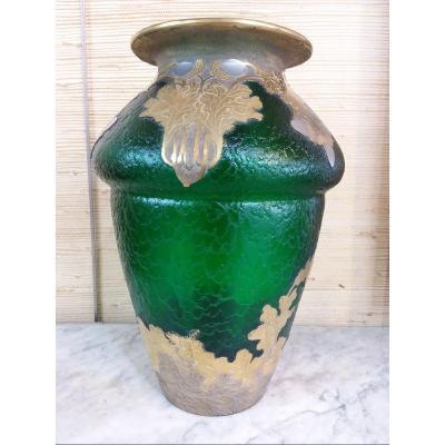 Important Vase Napoléon III Signé Montjoye En Verre Givré Vert , Décor De Glands Argentés