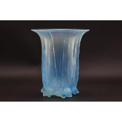 Vase En Eucalyptus Opalescent Et Teinté Bleu R Lalique