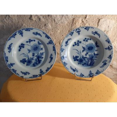 """Deux assiettes en faïence de Delft manufacture de la """"hache de porcelaine"""" époque 18e"""