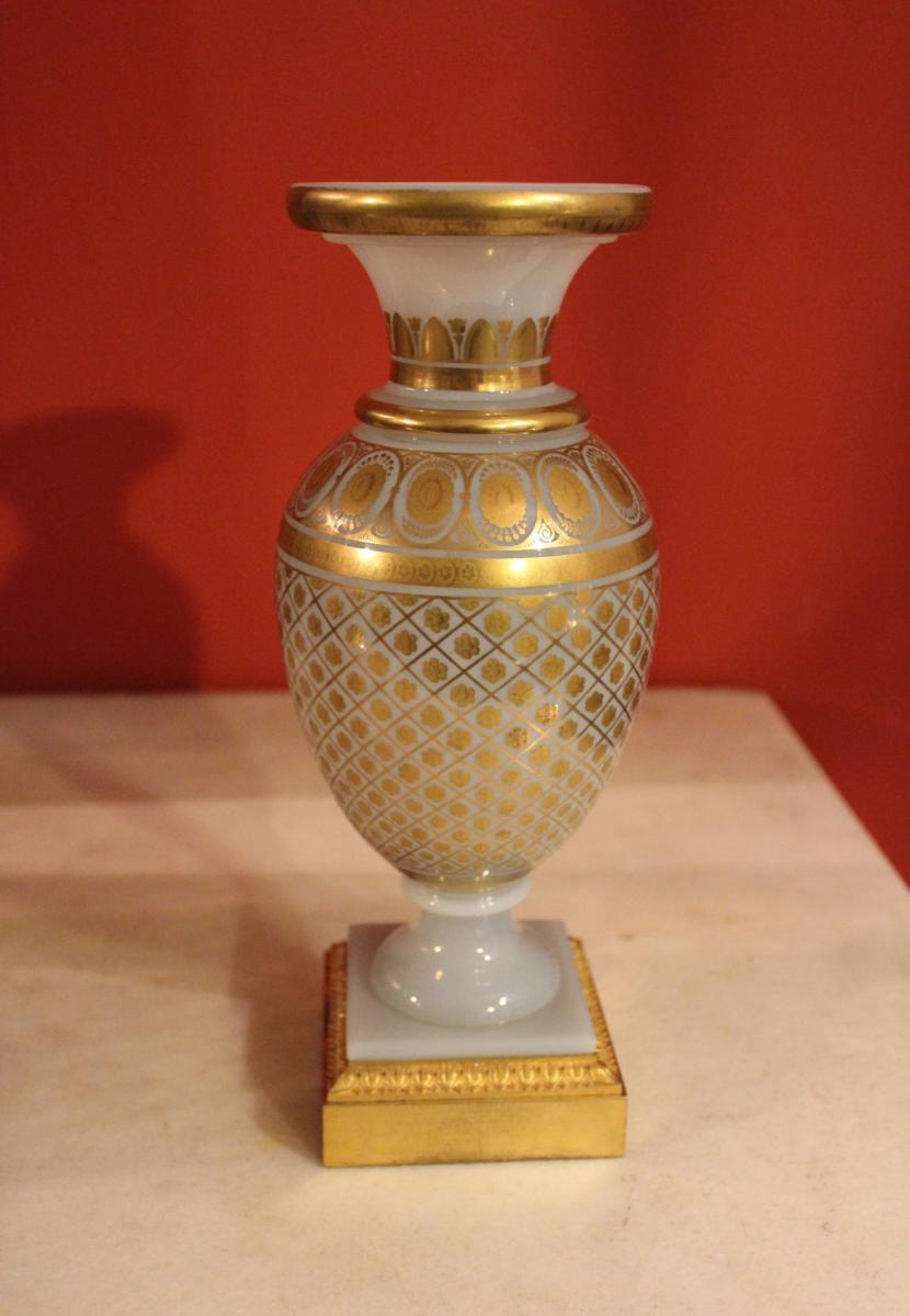 Vase Balustre En Opaline Savonneuse à Décor Doré . XIXeme