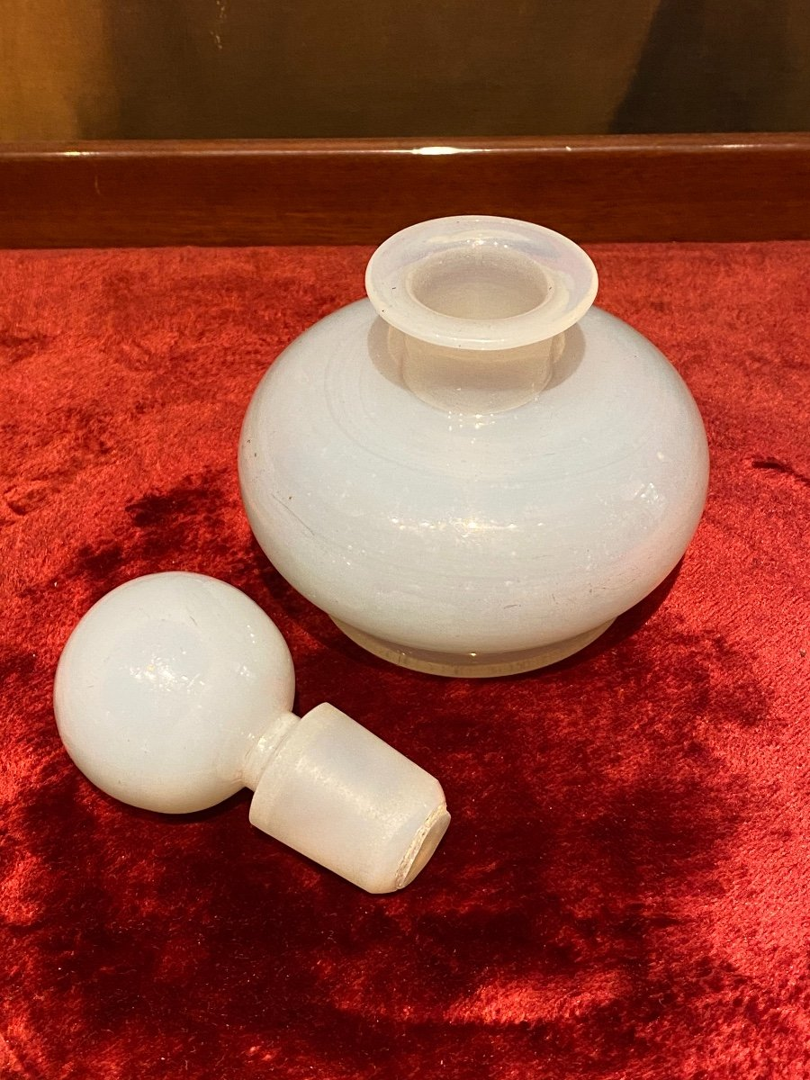 Important Flacon à Parfum En Opaline Savonneuse Ou Bulle De Savon XIXeme époque Charles X.-photo-1