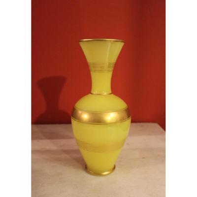 Rare vase en opaline jaune jonquille milieu XIXeme époque Napoléon III.