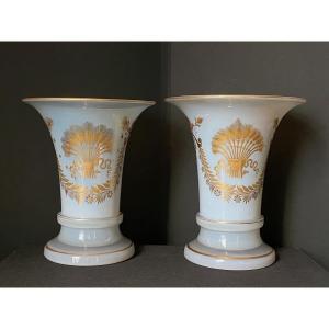 Paire De Vases Forme Cornet  En Opaline Savonneuse Décor Desvignes XIXeme époque Charles X.