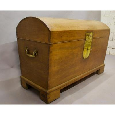 Important chest in light oak, domed top. XIXth century, dovetail mounting It rests on casters, so it is convenient to move. It opens onto a large storage volume. Brass handles on the sides, old hinges, all original. We added chains to retain the top. The lock works.