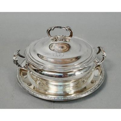 Tureen on silver metal display, monogrammed GC. Louis XV style, handles in acanthus leaves, tray decorated with a frieze. Diameter of the tray 27 cm