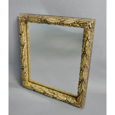 Small gilded mirror in wood and stucco decorated with laurel leaves. Late 19th century, early 20th century