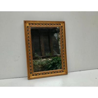 Miroir rectangulaire en bois doré.