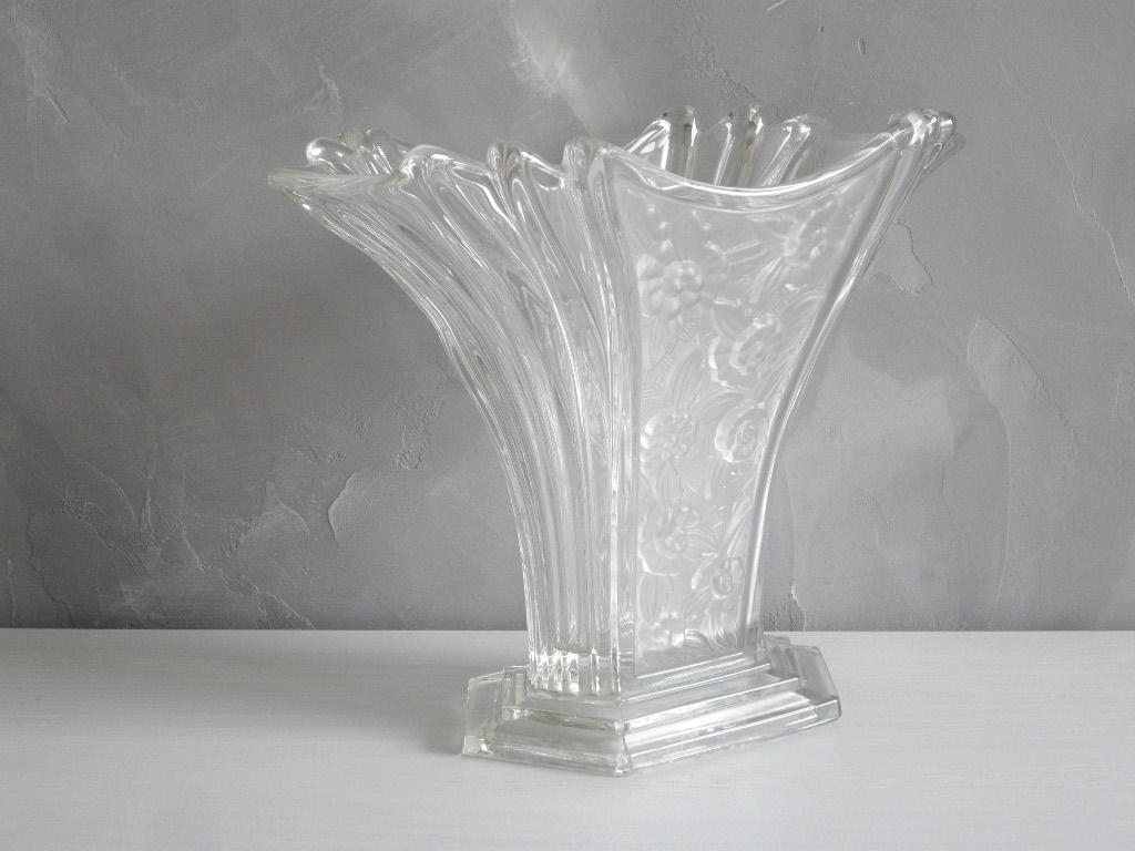 Epoque Art Déco Vase En Verre Moulé Pressé à Décor De Fleurs Stylisées.