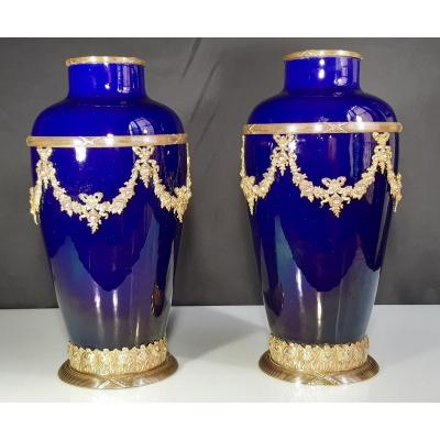 Paire De Vases En Porcelaine Et Bronze. Sèvres. France. Fin du 19e siècle dé 20e siècle.