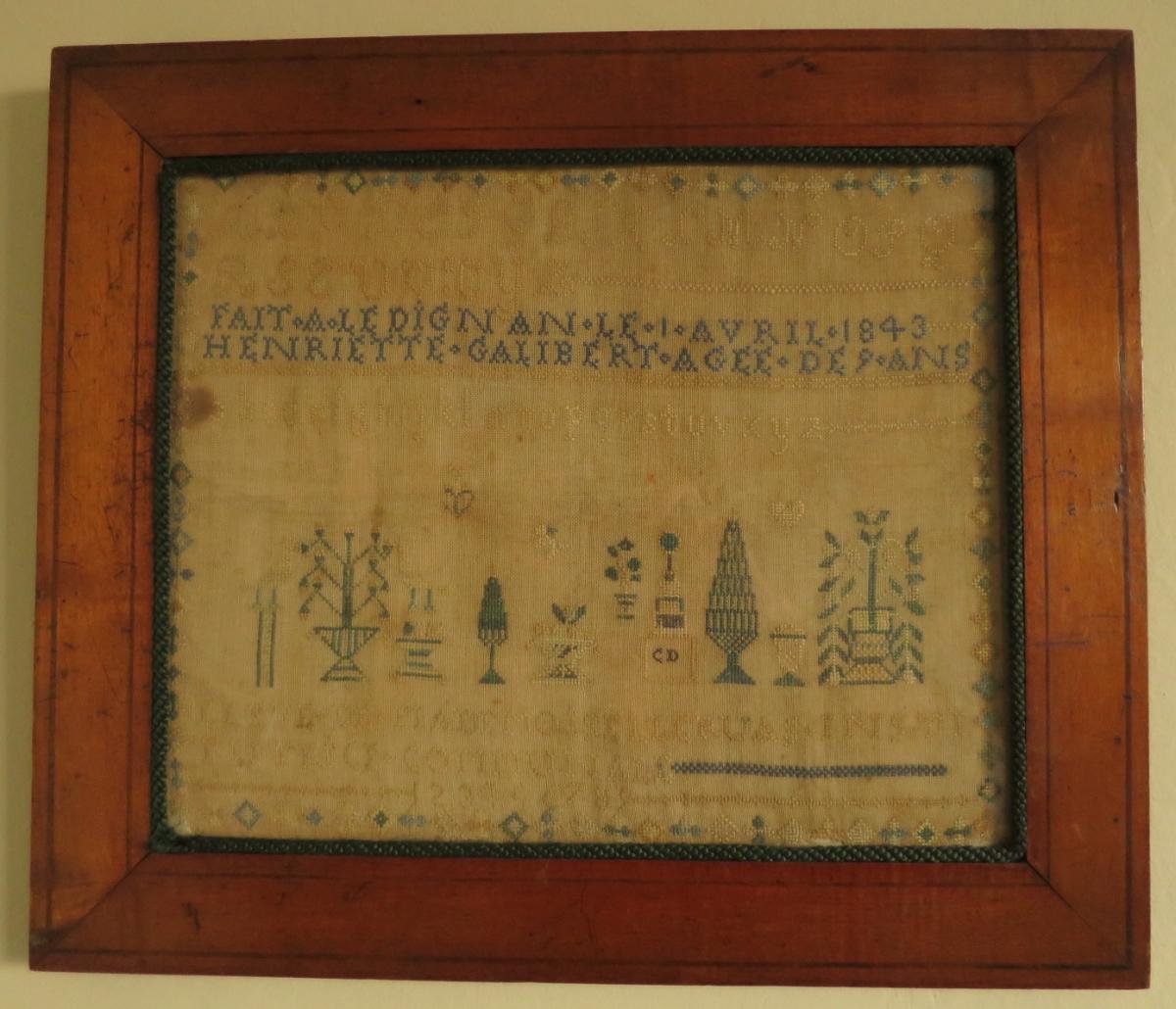 Abécédaire de 1843 brodé au fil de soie sur lin