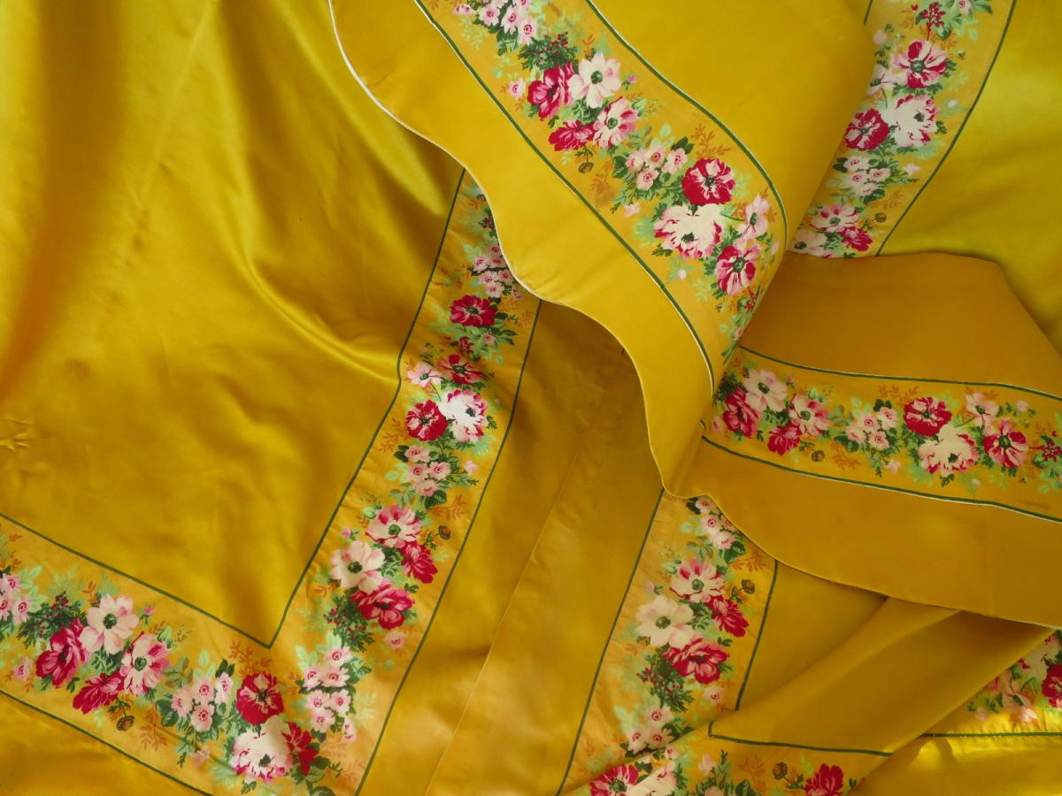Hanging And Valance In Yellow Silk Nineteenth
