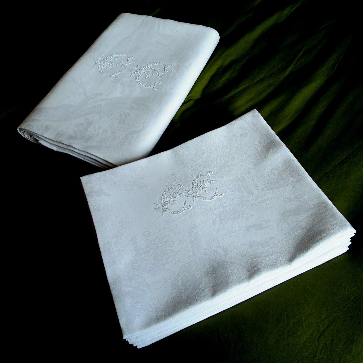 Nappe et serviettes de chasse à courre, fin XIX°, en lin damassé, monogrammées CC