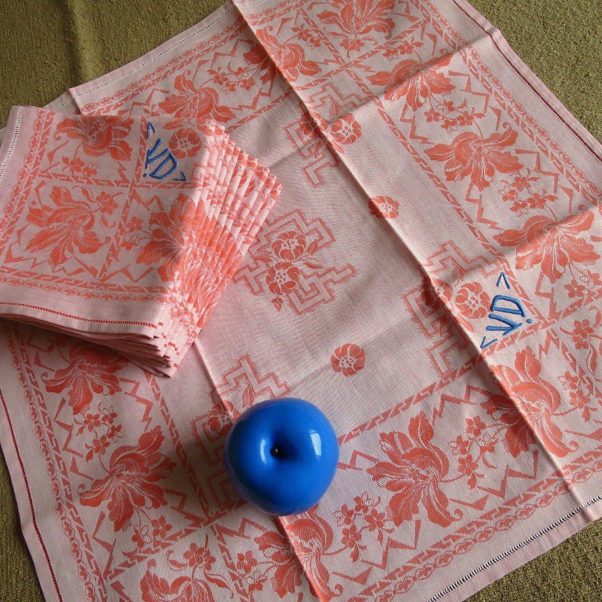 11 serviettes anciennes damassées saumon, monogrammées VD en bleu, vers 1930
