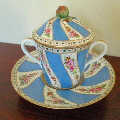 Ecuelle à bouillon couverte en porcelaine XIX°