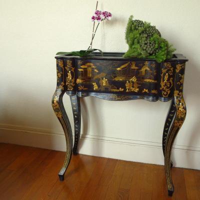 Jardinière d'apparat Napoléon III à décor de chinois, galbée en bois laquée