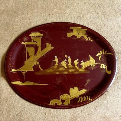 Grand plateau ovale Napoléon III en métal laqué bordeau à décor de chinois