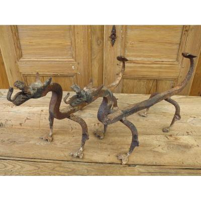 Paire de chenets en corps de dragon en fer forgé vers 1930-1940