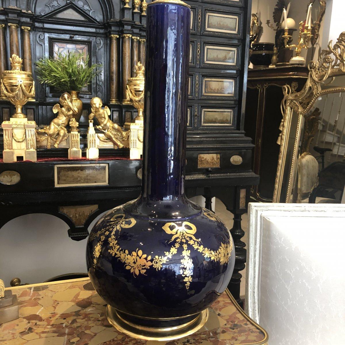 Grande Lampe En Porcelaine Bleu De Sevres  Montée Bronze Doré Et Décor De Guirlandes Debut XX