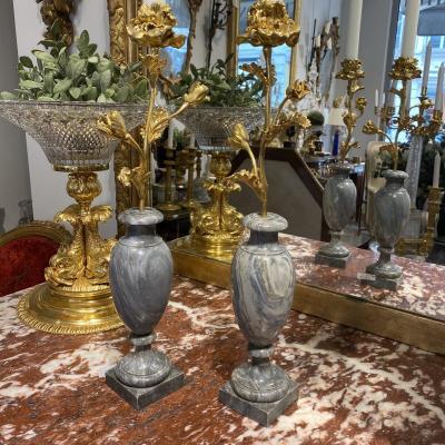 Paire De Bougeoirs à 1 Feu D'époque Louis XVI En Bronze Doré Et Piétement En Marbre Bleuturquin