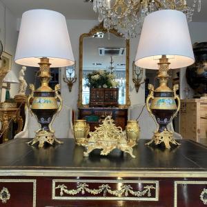 Paire De Lampes Napoléon III  En Porcelaine Et Monture En Bronze Doré à Décors De Tête De Lion
