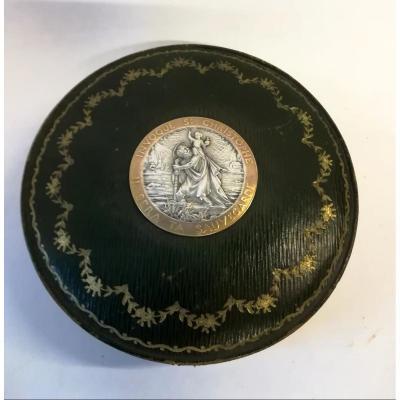 Boîte En Cuir Avec Médaille Métal Argenté Fin 19ème / 1900