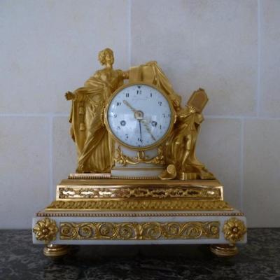 Pendule En Marbre Blanc Et Bronze Doré  Epoque Louis XVI